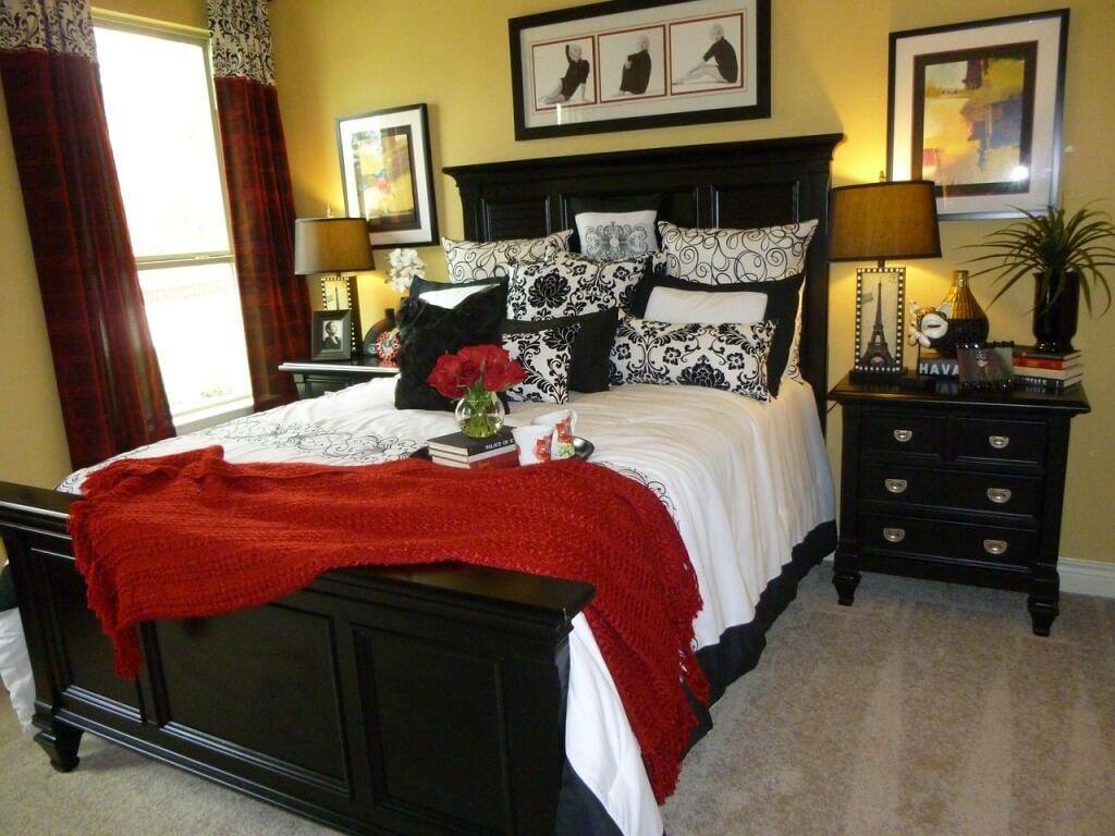 Парные торшеры в классической спальне