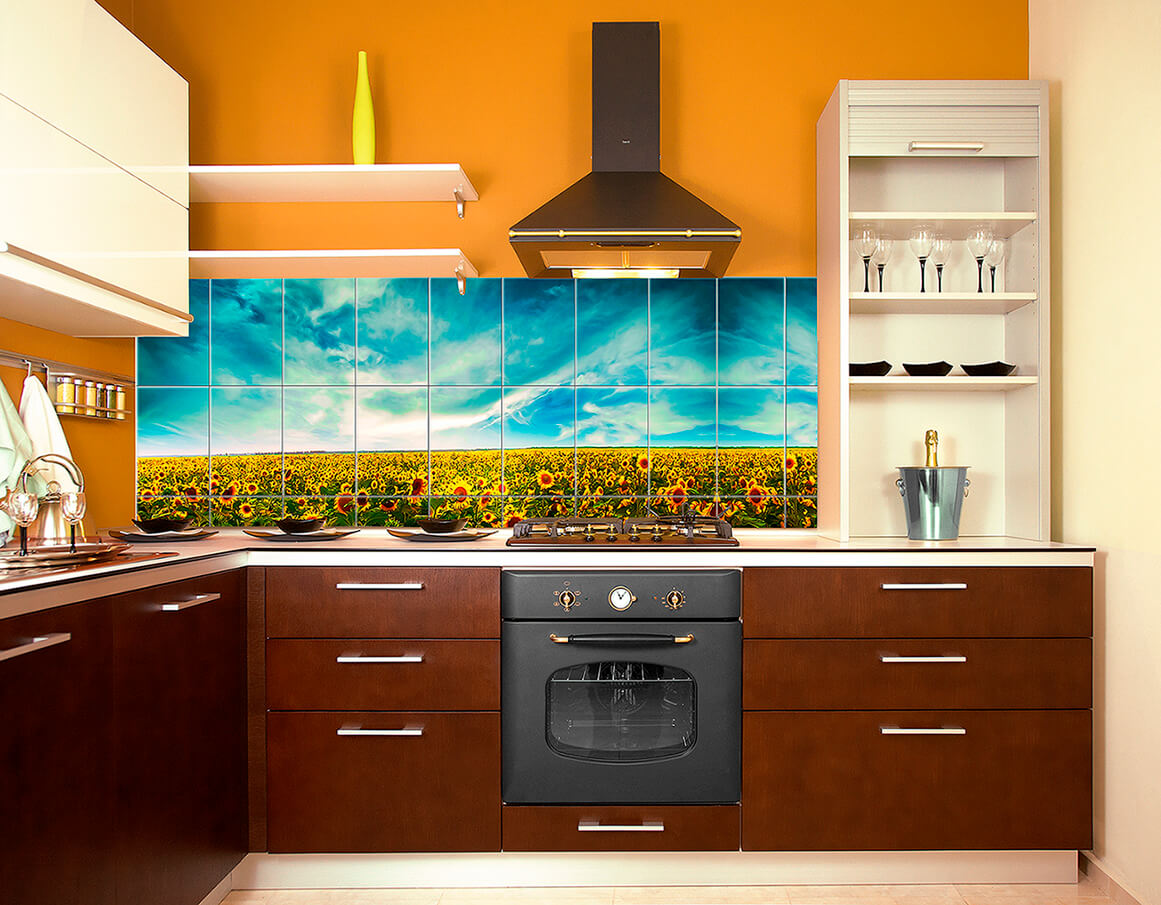 кухня в оранжевых тонах с красочным фартуком