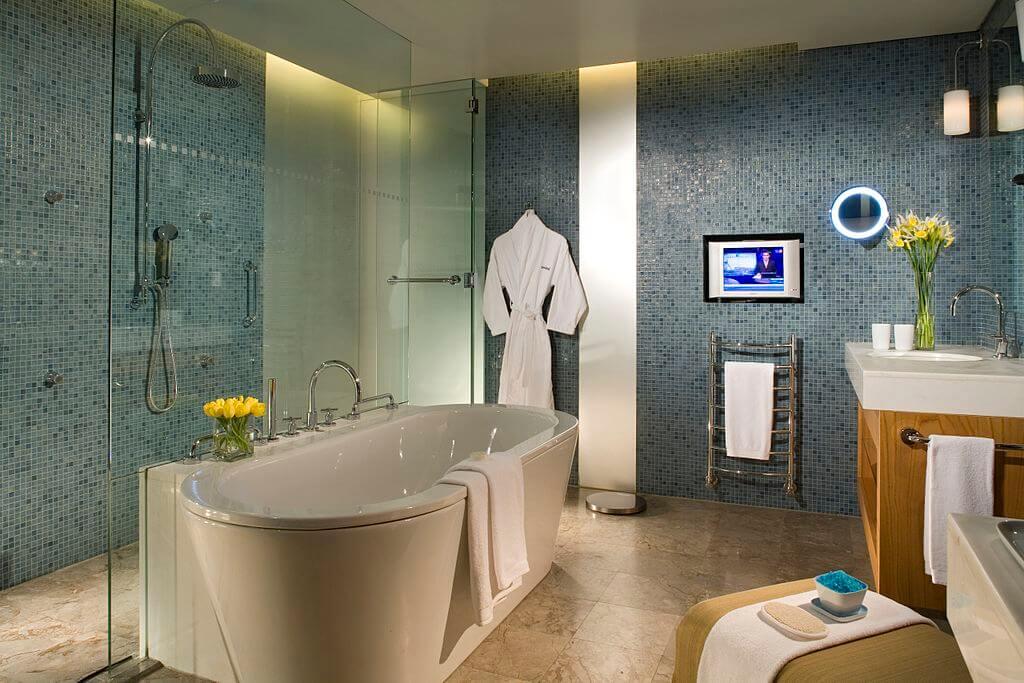 утонченный дизайн бирюзовой ванной комнаты