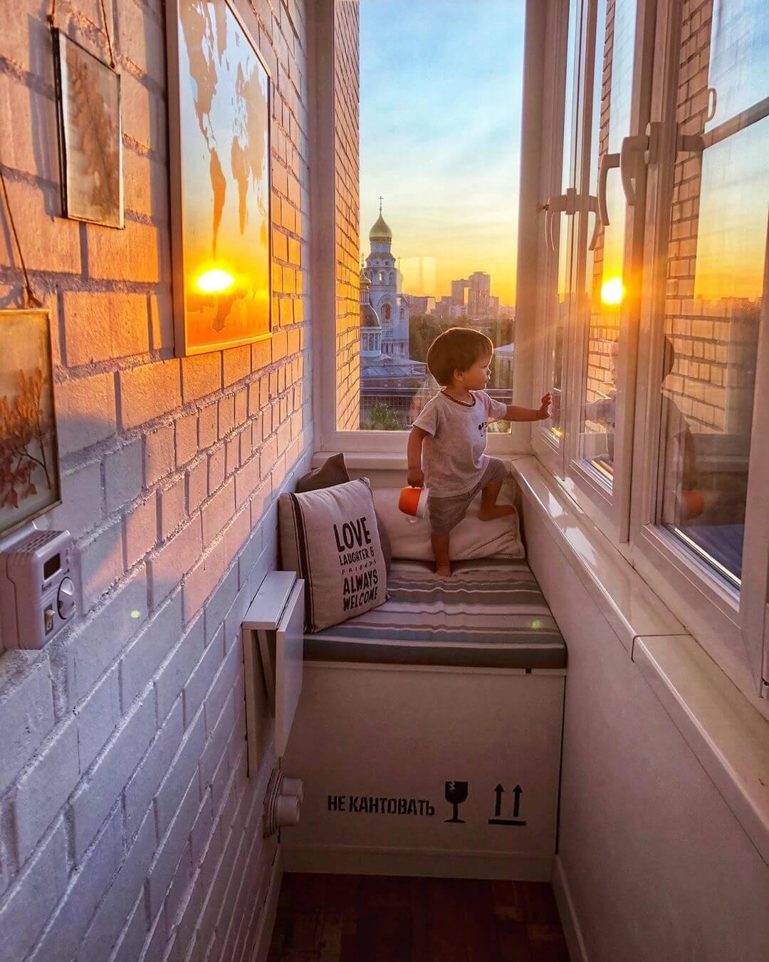 Остекленный балкон в стиле лофт