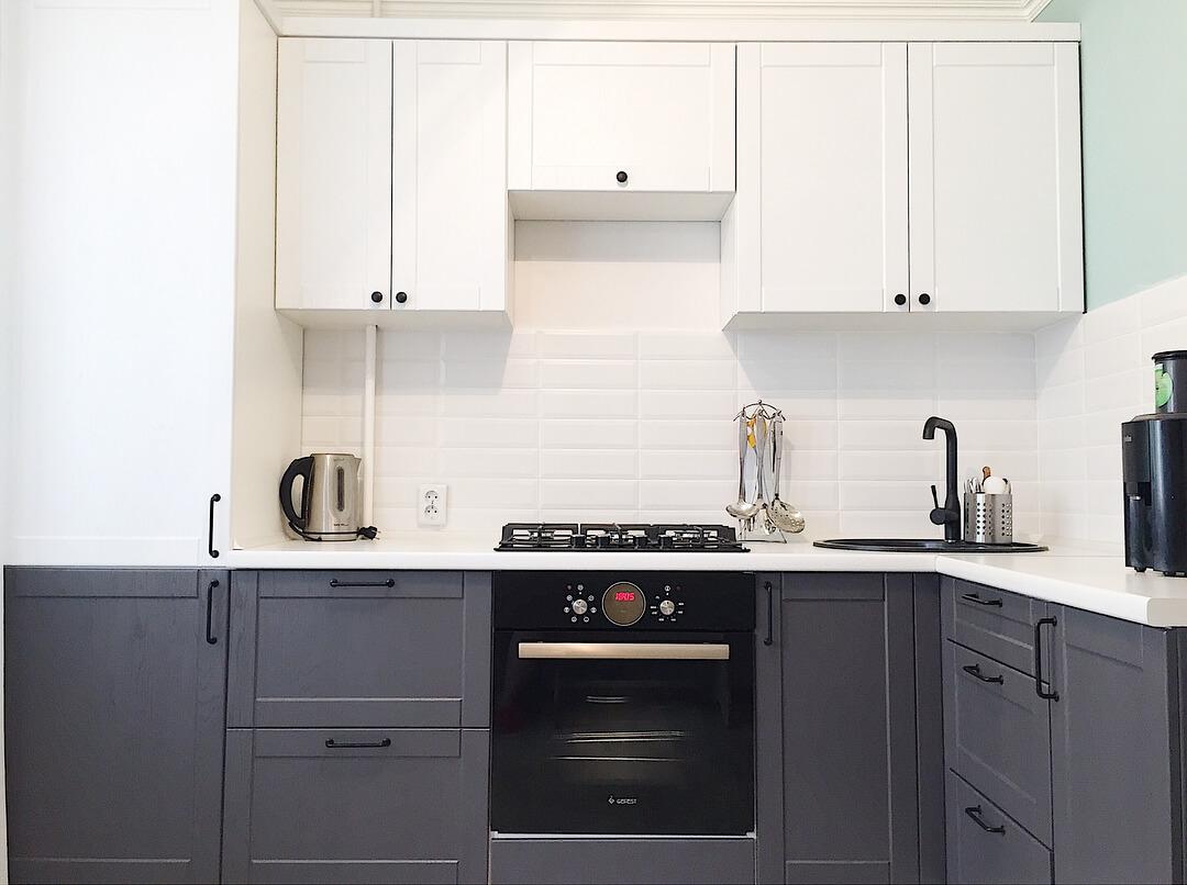 Монохромная кухня белый верх — серый низ с элегантными черными ручками