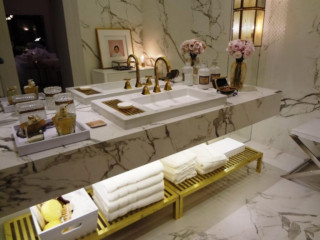 Идея хранения в светлой ванной