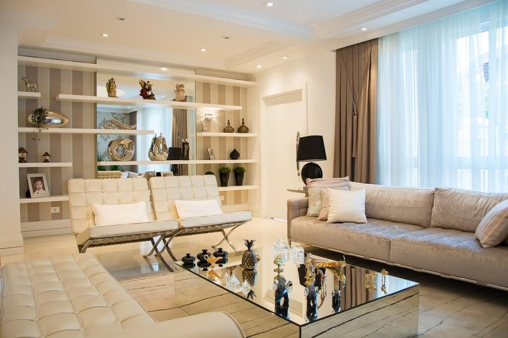 Многоуровневый потолок в современной гостиной