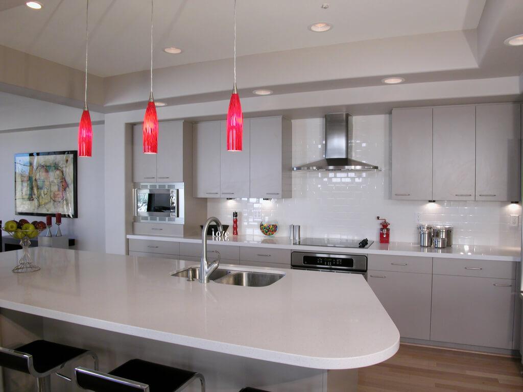 кухня в серых тонах с яркими светильниками