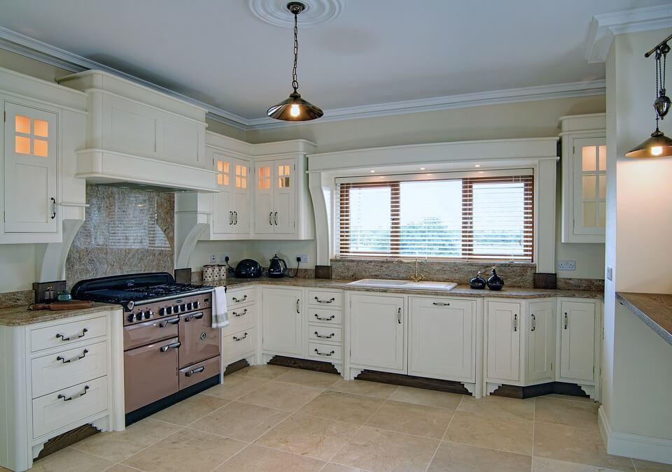 Белая матовая кухня с оригинальными ручками в интерьере