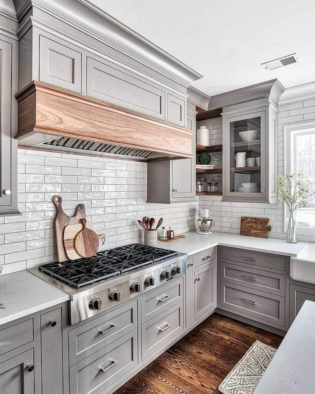 Белая кухня с акцентной кирпичной кладкой на стене