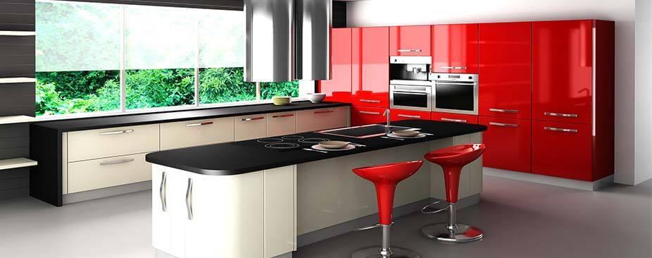 Черно-красная кухня с черной столешницей и фурнитурой
