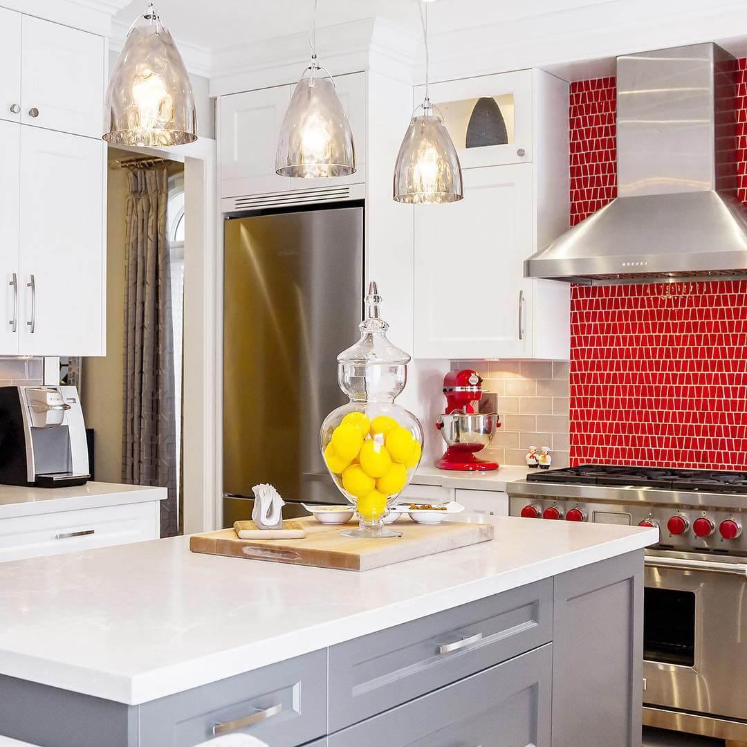 Кухня с красным плиточным фартуком