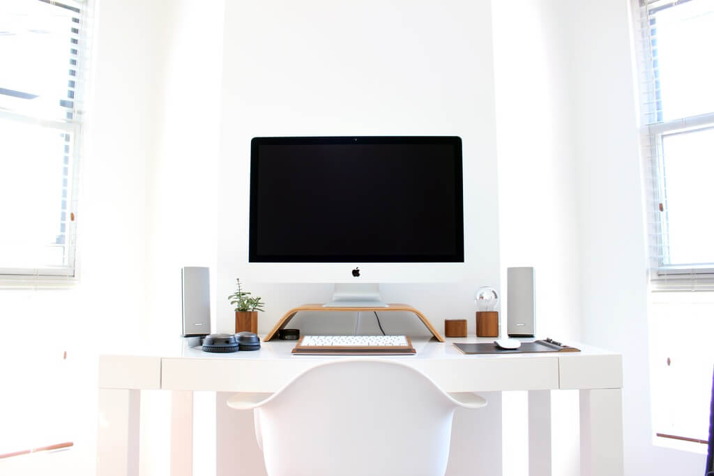 Белый цвет в кабинете в стиле минимализм