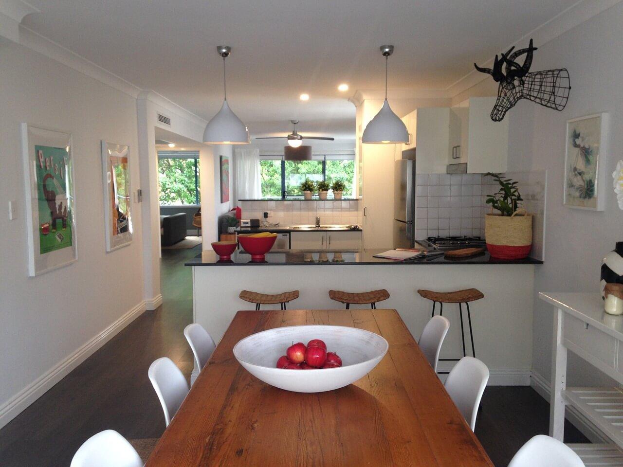 Отделка в интерьере кухни в белом цвете