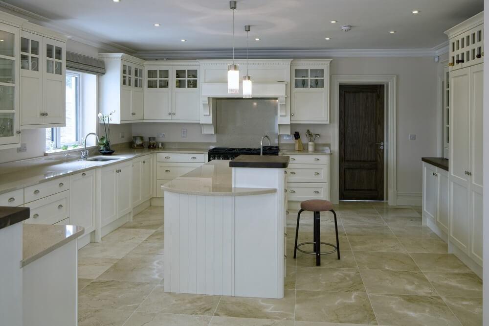 Большая кухня в белом цвете с островом