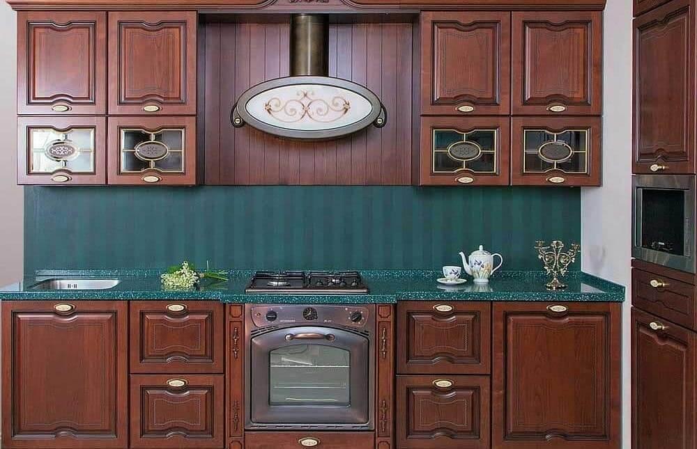 яркая кухня в сочетании с коричневым