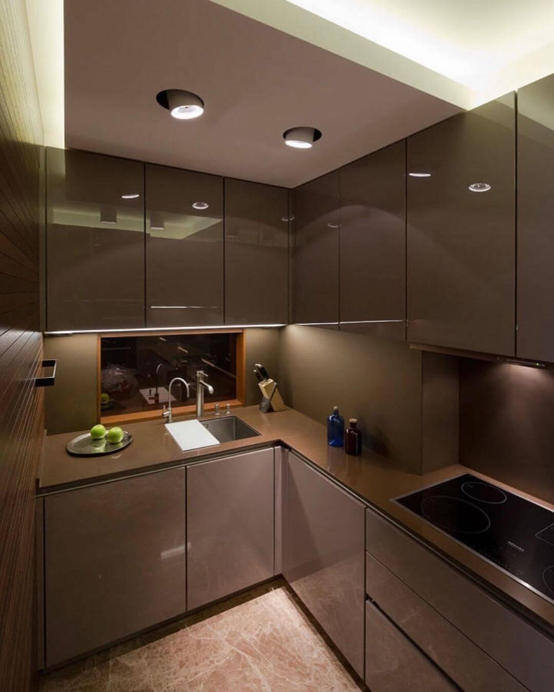 Многоуровневый потолок в минималистичной кухне
