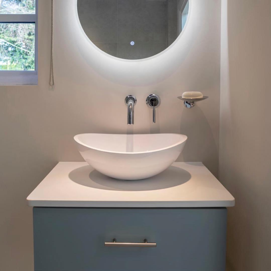 Раковина в светлой ванной комнате