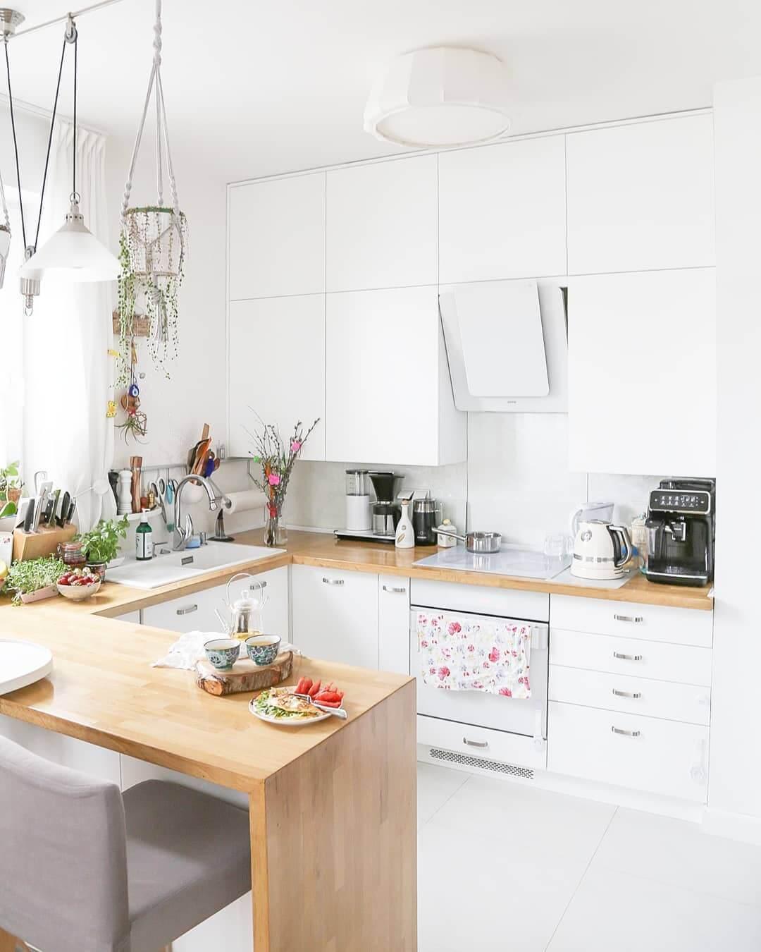 Белая кухня с деревом на столешнице