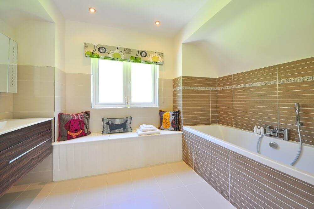 ванная комната в белом цвете с текстильными аксессуарами