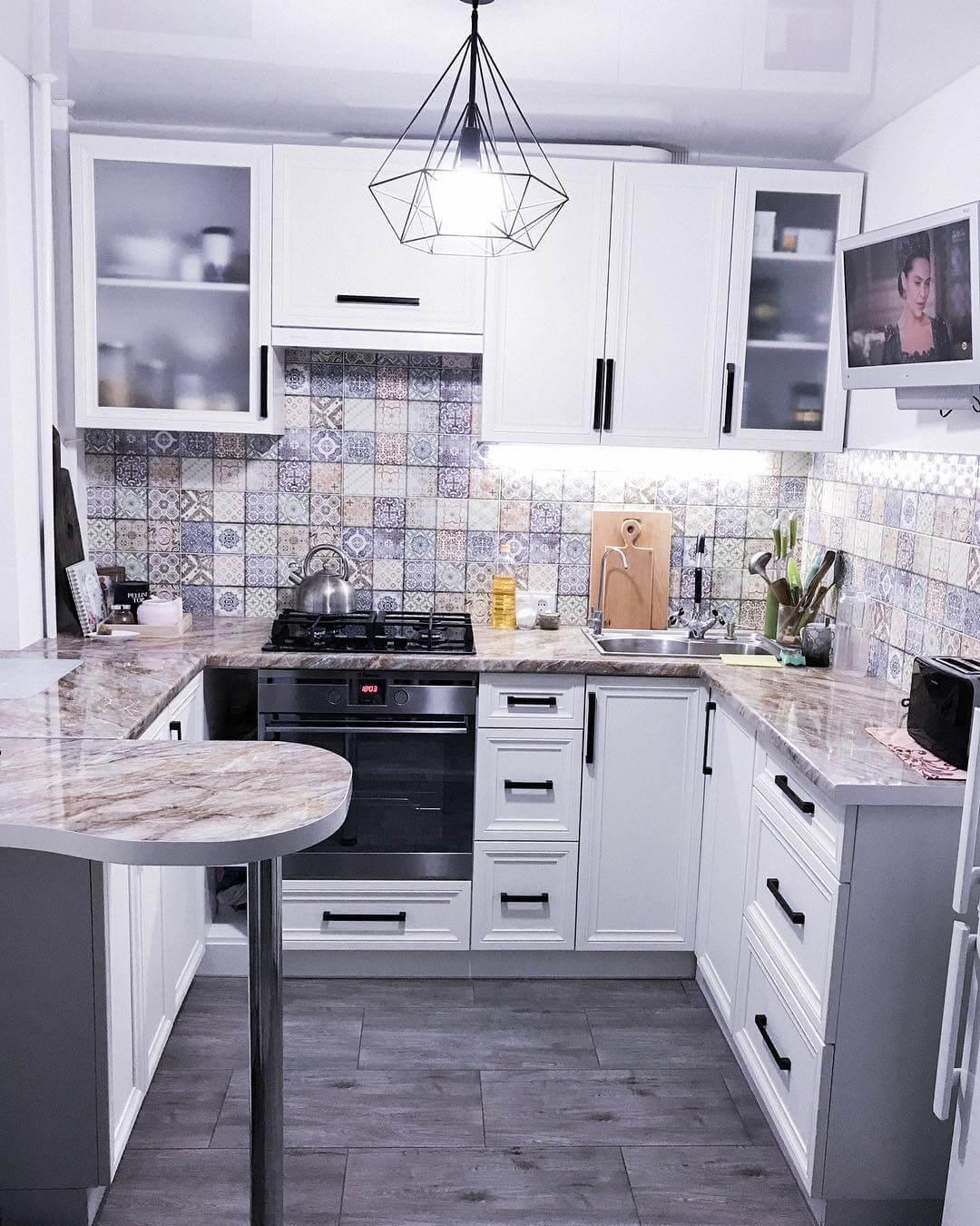 яркий фартук из плитки в белой кухне
