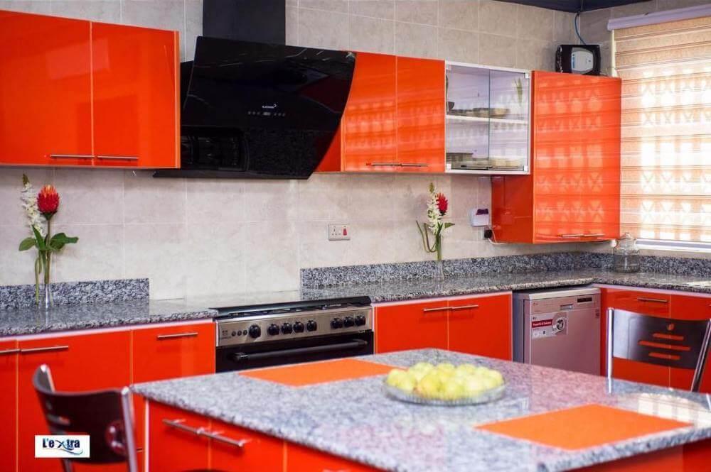 Фото штор в дизайне оранжевой кухни