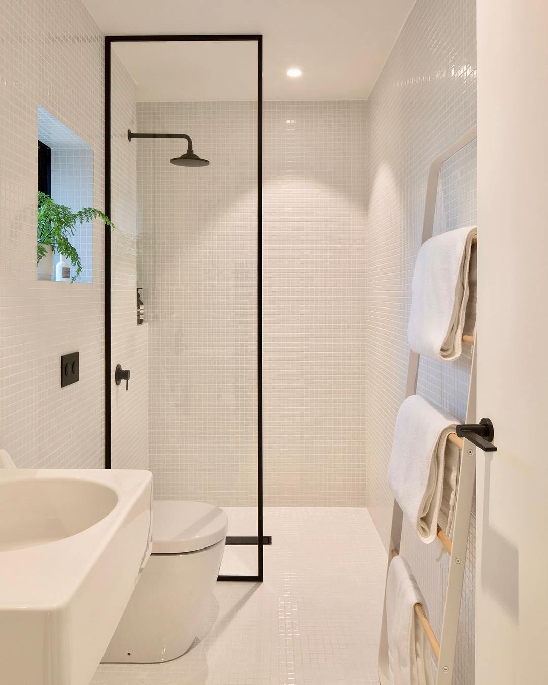 Фото дизайна небольшой светлой ванной