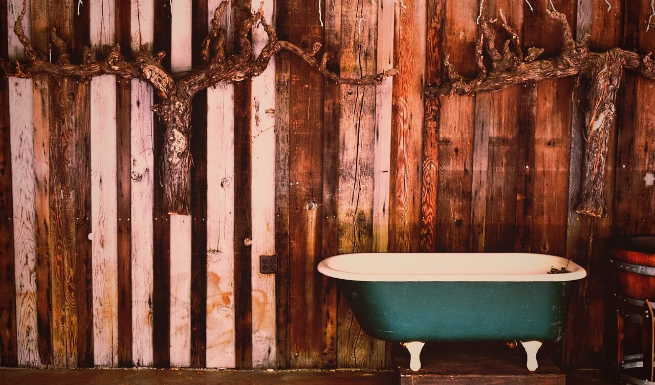 Сочетание фактурных деревянных стен с массивом яркого оттенка