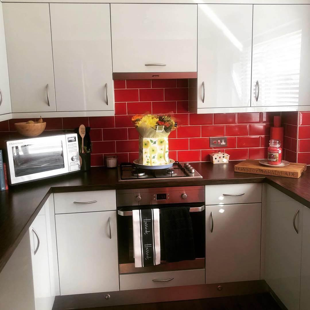 Красный акцентный фартук в интерьере кухни