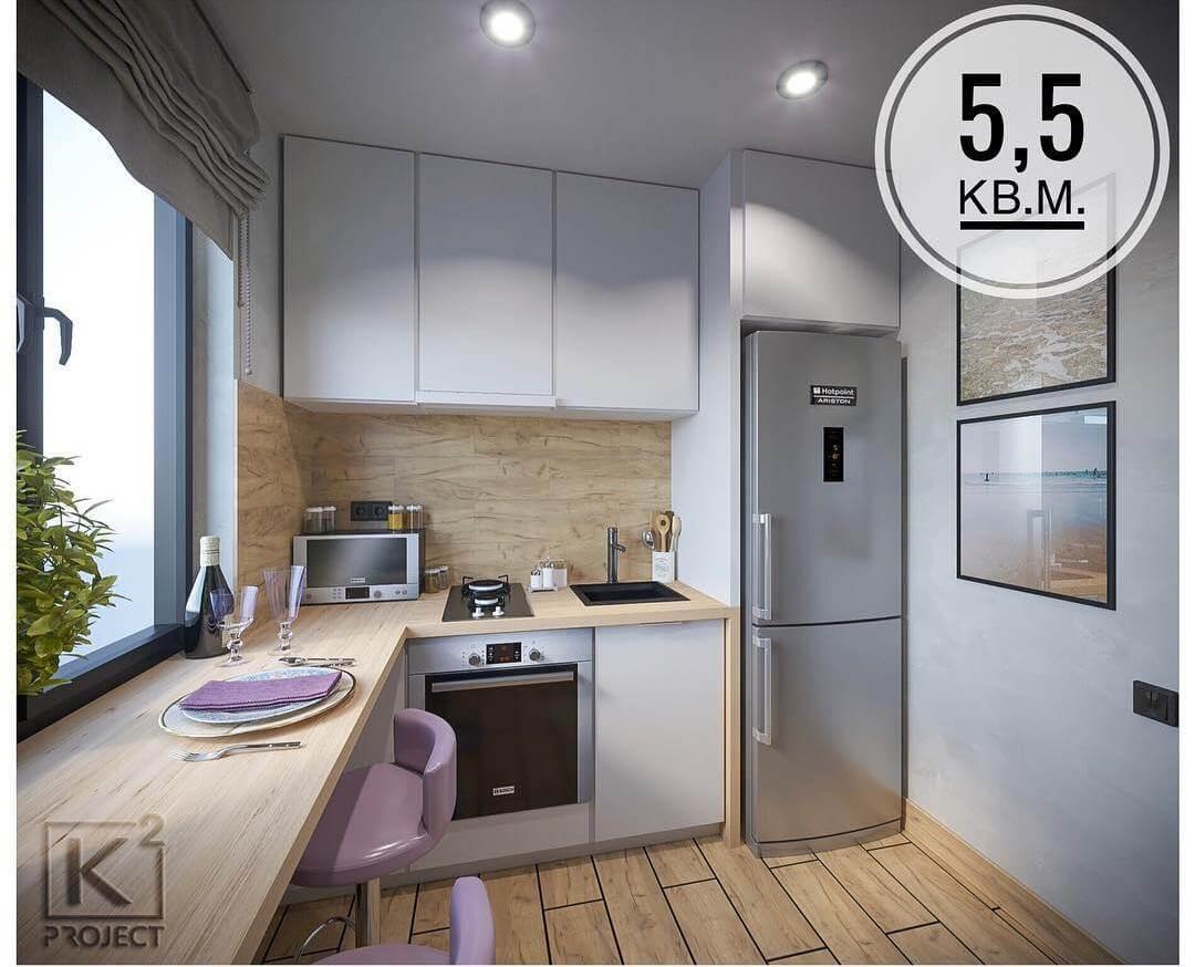 Маленькая белая кухня с большим окном