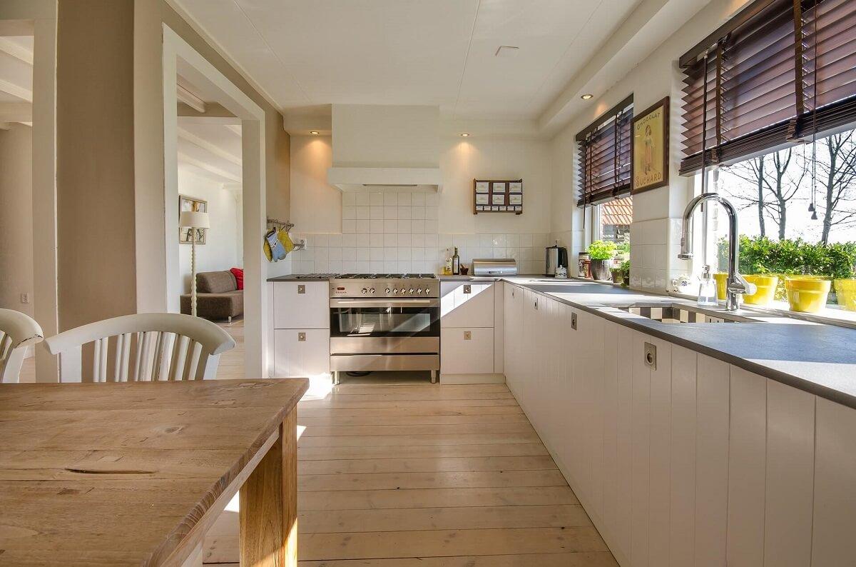 кухня в белых и бежевых тонах подойдет для любых помещений