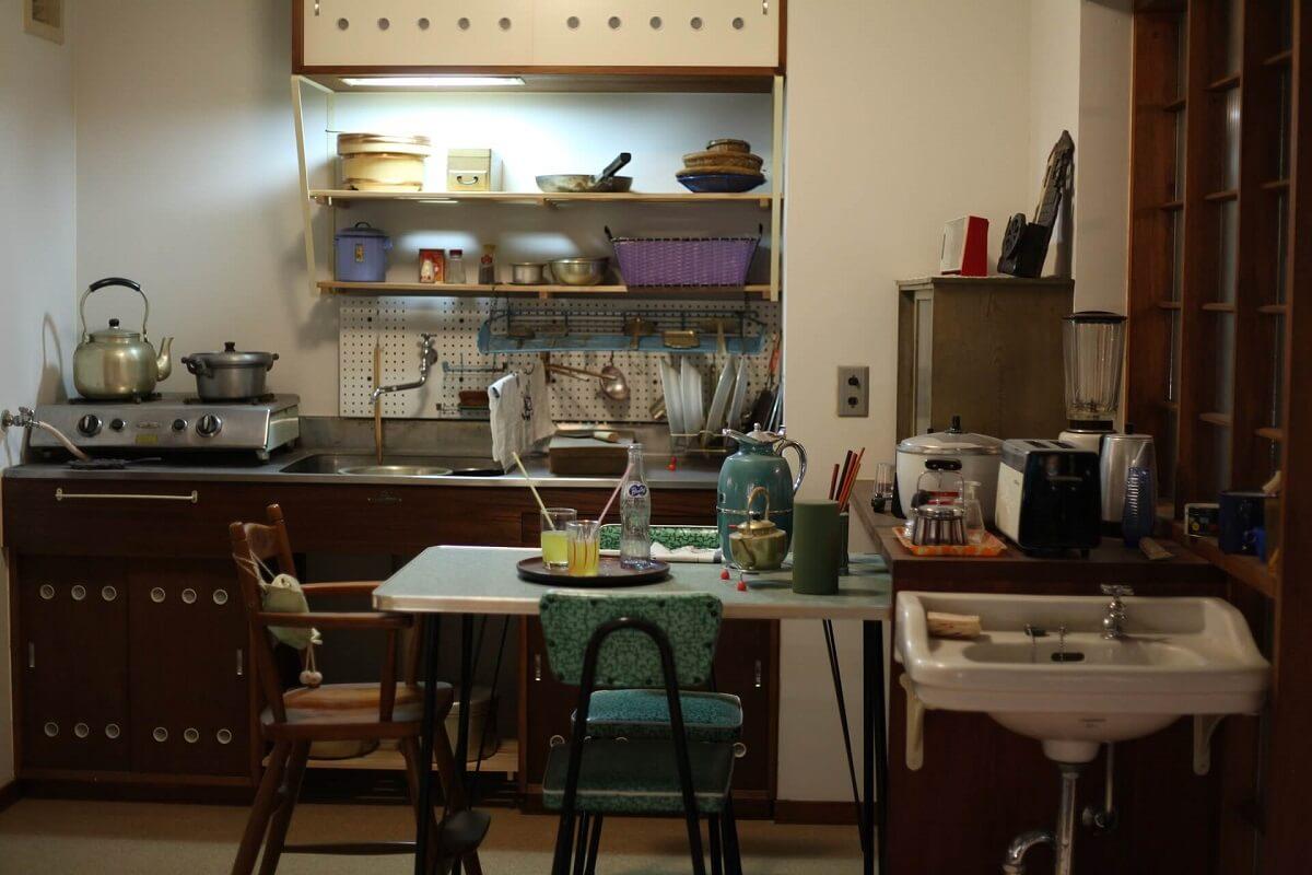 небольшая кухня в бело-коричневых тонах