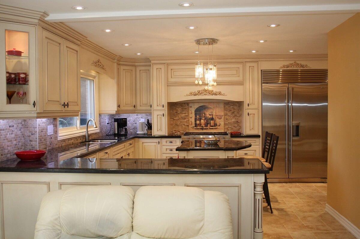 светло-коричневая кухня в стиле барокко