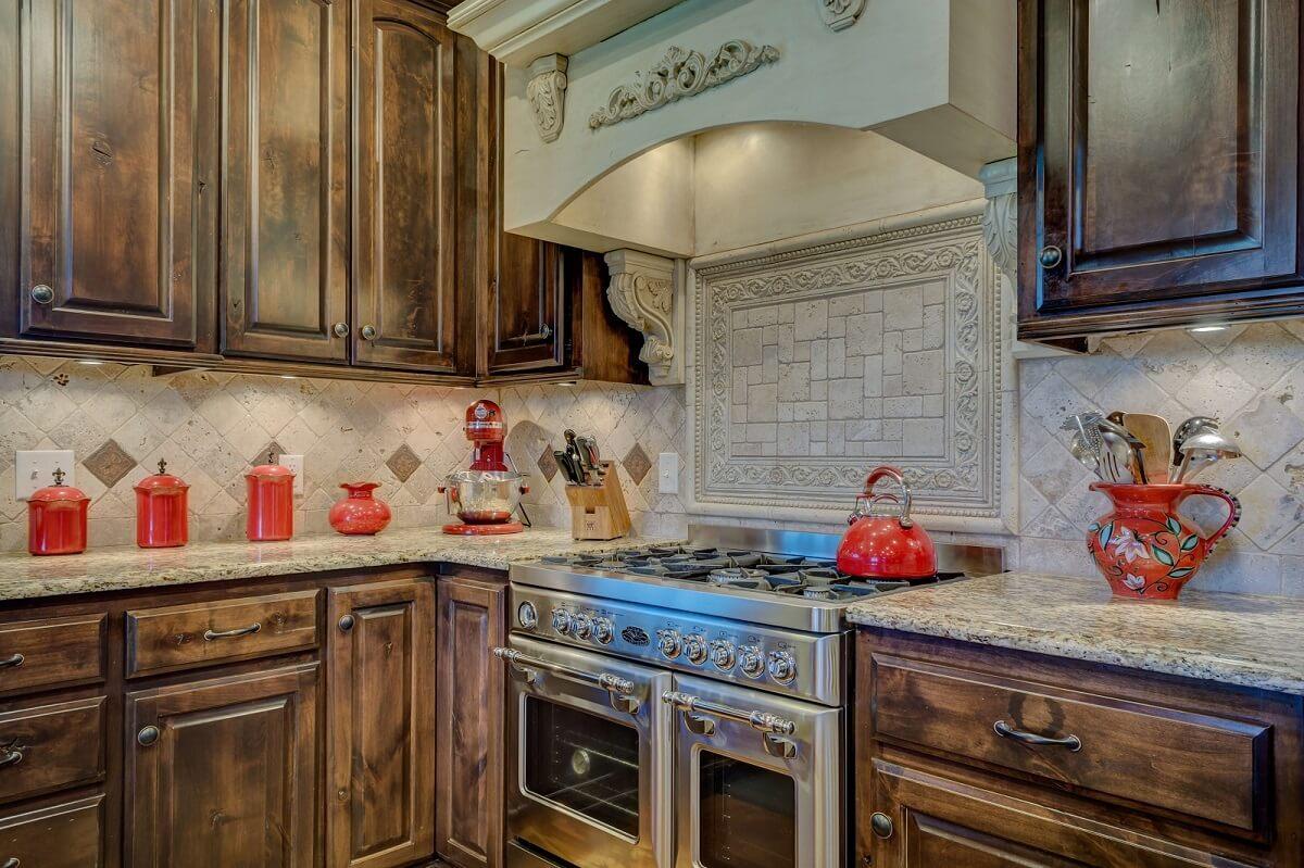 бежево-коричневая кухня с деревянным фасадом