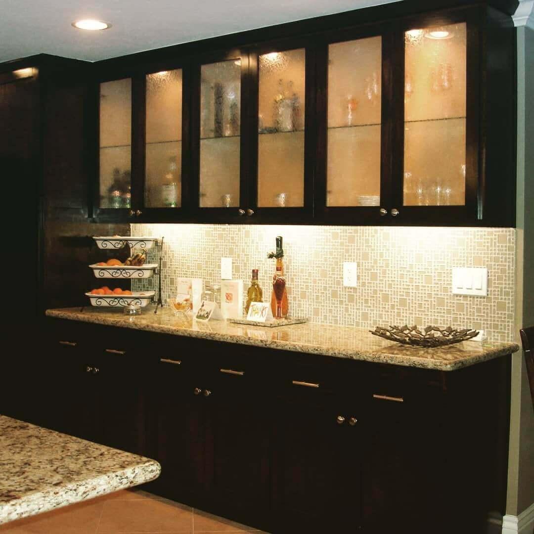 просторная черно-коричневая кухня