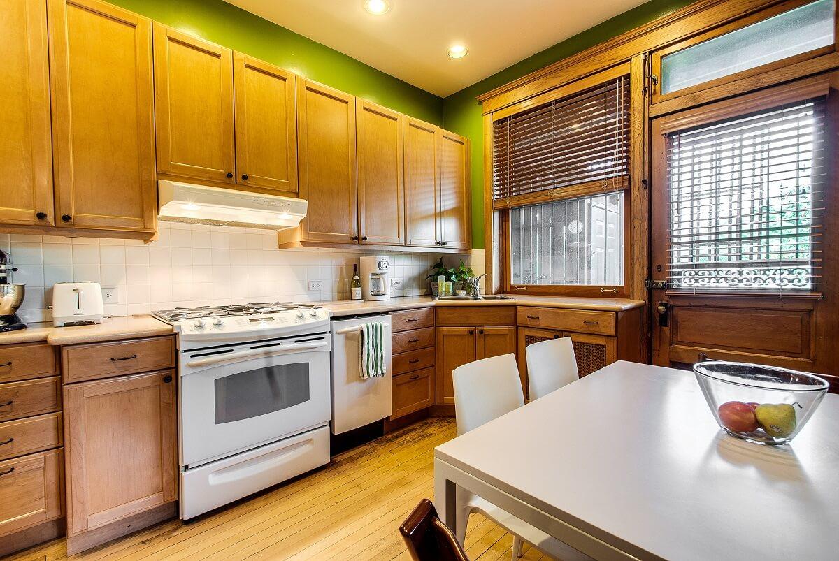 деревянная мебель в интерьере кухни с фисташковыми стенами