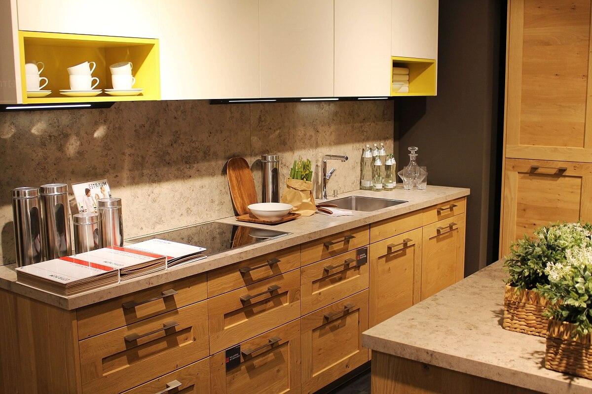 дизайн кухни с белым верхом и светло-коричневым низом