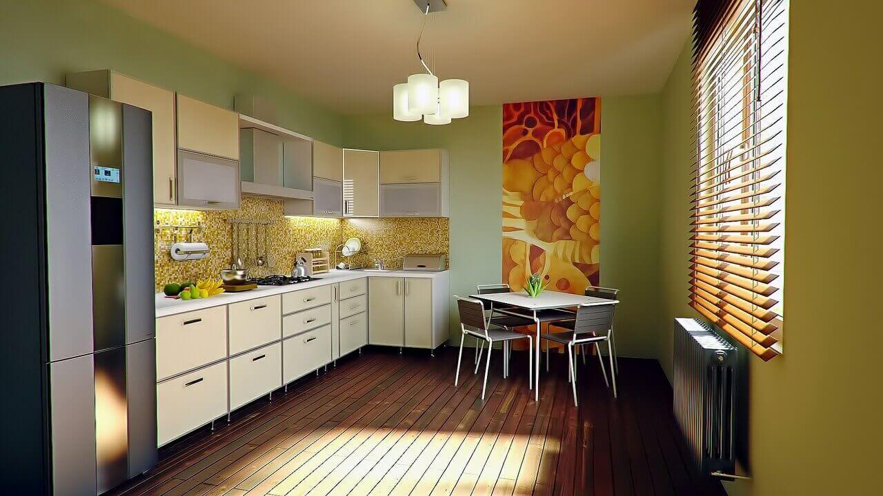 дизайн кухни в бежевых тонах оживляется салатовыми обоями
