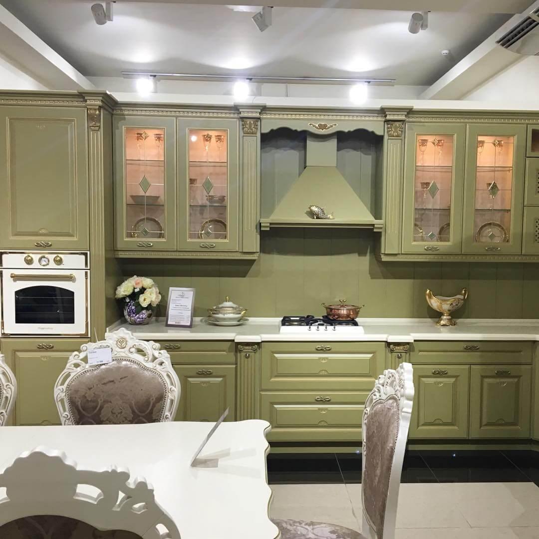 фисташковая кухня с белой столешницей
