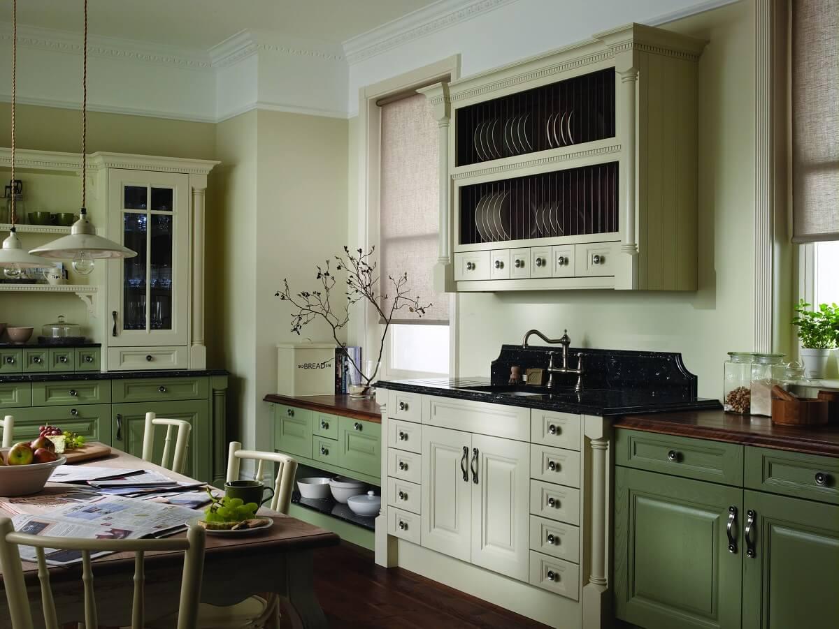 фисташковая кухня с темно-зеленой мебелью