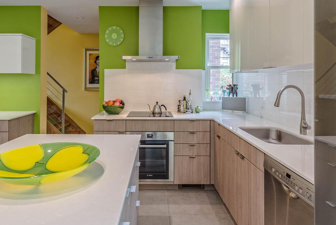 Фисташковый и бежевый цвета в интерьере кухни
