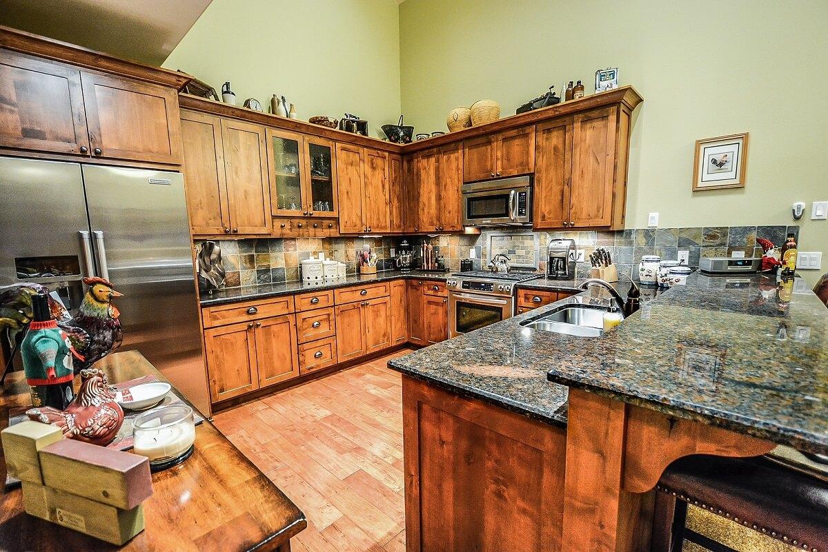 фисташковый в интерьере кухни в стиле кантри