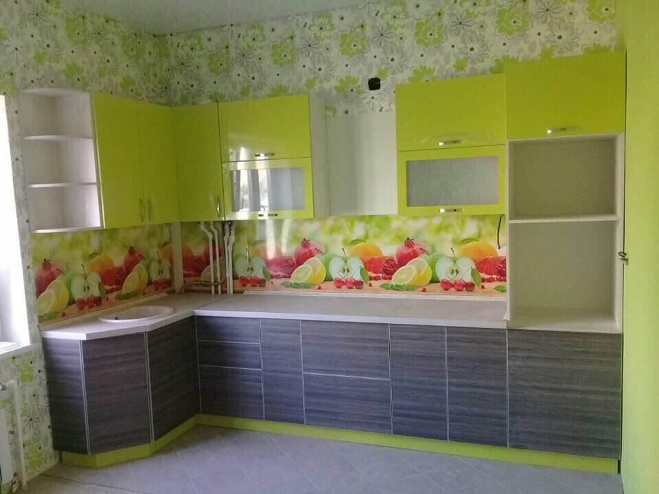 фисташковая кухня в интерьере с цветочными мотивами
