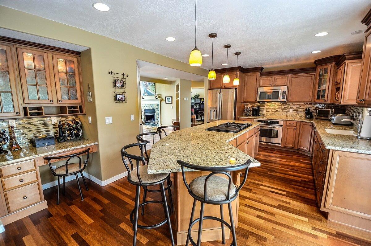 дизайн кухни в светлых коричневых тонах в классическом стиле