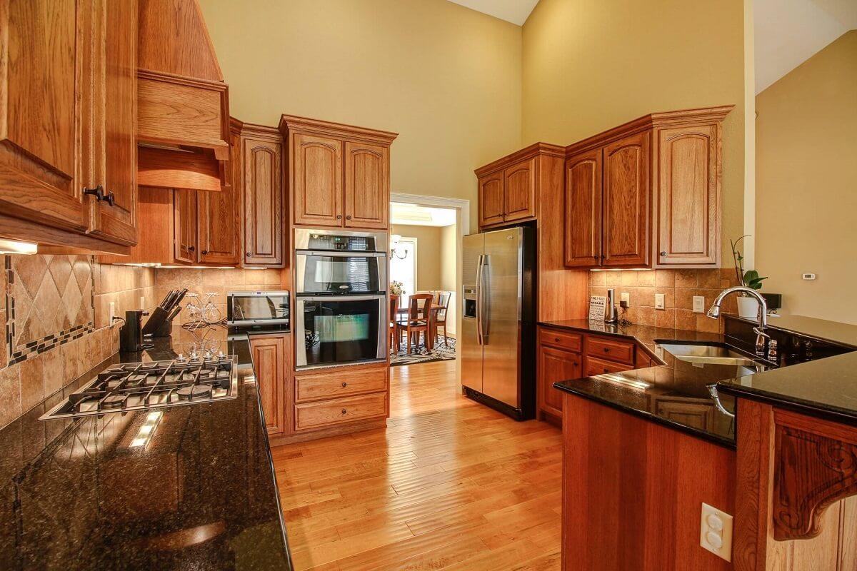 пример классического коричневого кухонного дизайна