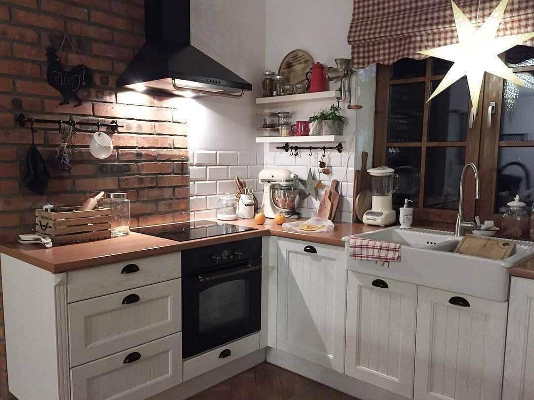 белая кухня с коричневой столешницей в стиле кантри