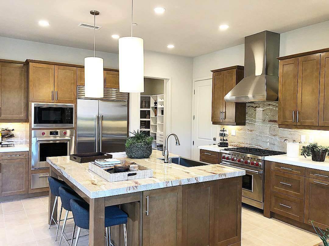 универсальный дизайн бело-коричневой кухни