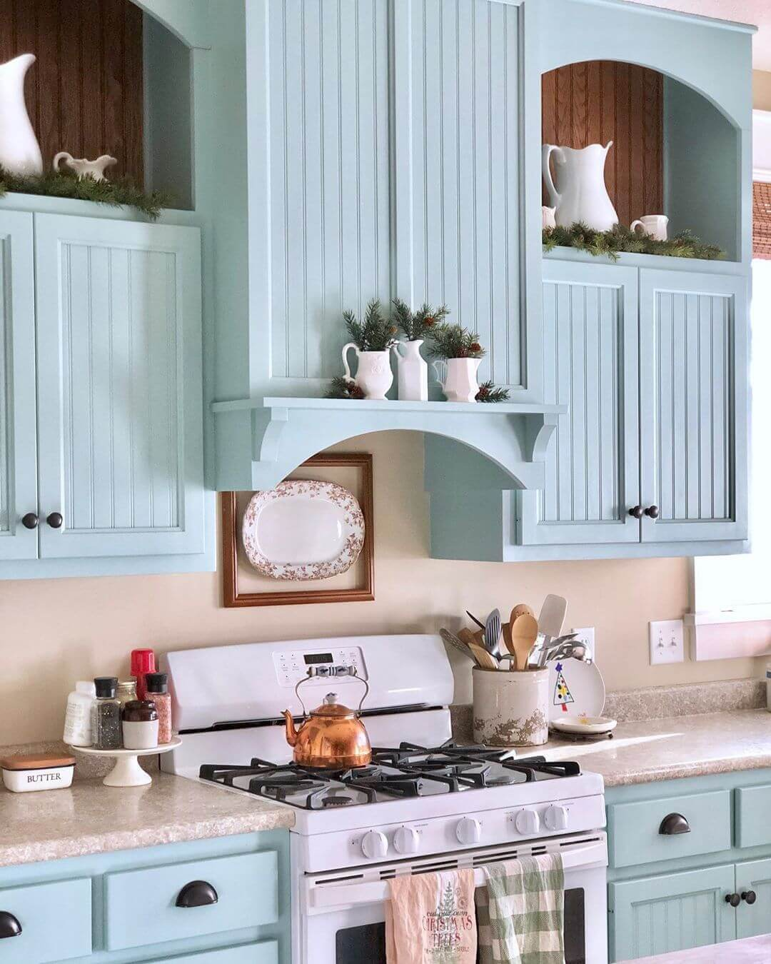 коричнево-голубая кухня в нежных пастельных тонах