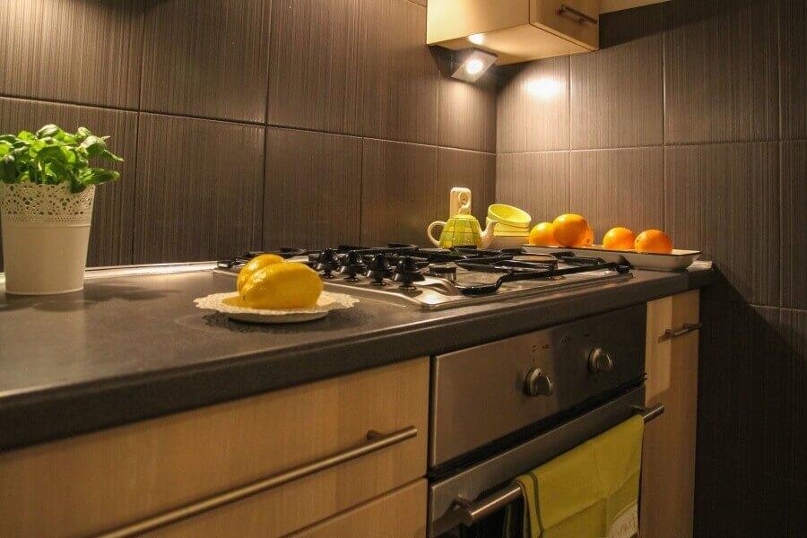 фото кухни в коричневых тонах с вкроплениями ярких деталей