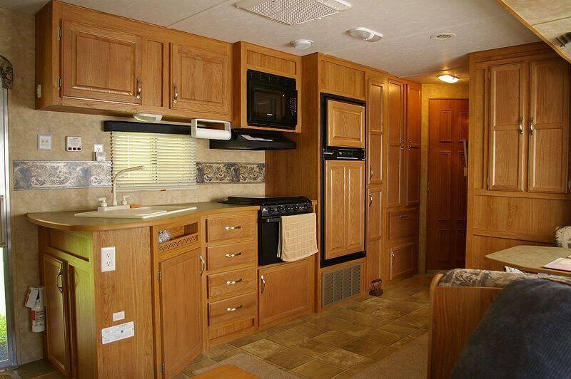 кухня светло-коричневого цвета