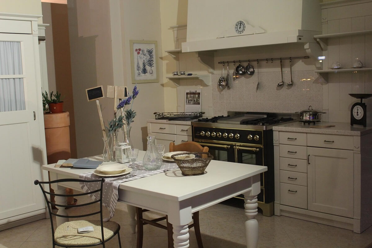 кухня в светлых бежевых тонах в стиле кантри