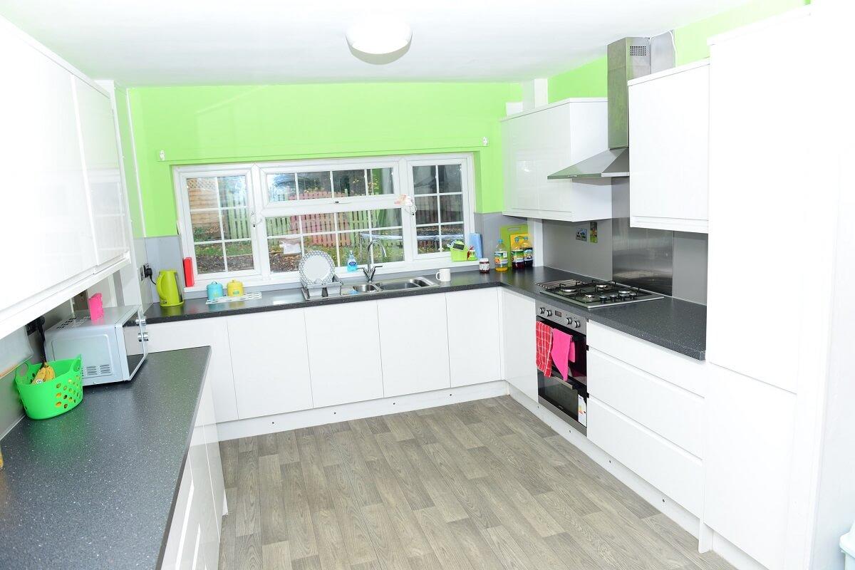 разноцветные пятна на бело-фисташковой кухне