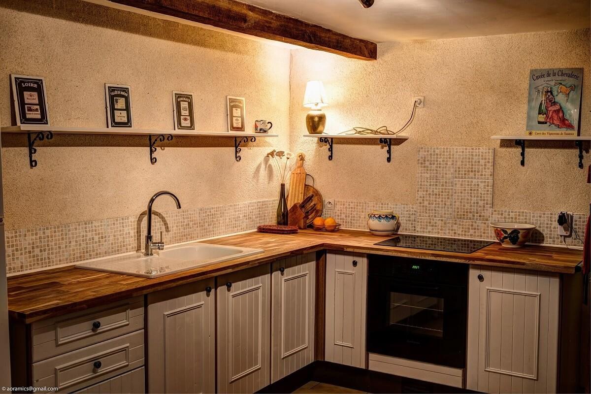 коричневая столешница в интерьере белой кухни
