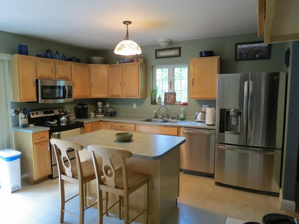 фото кухни в коричневых цветах со светло-зеленой отделкой стен